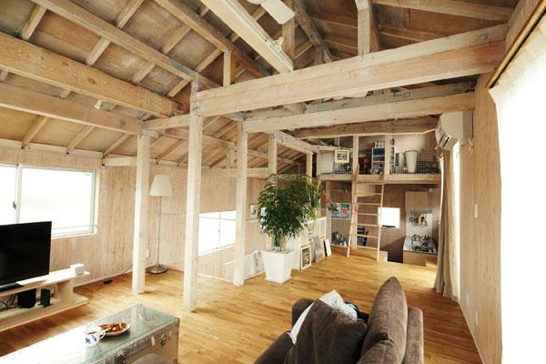 【画像1】中古戸建をリノベーションしたDさん邸。一般的な住まいの内装とは一線を画す、個性的なたたずまいです(画像提供:リビタ)