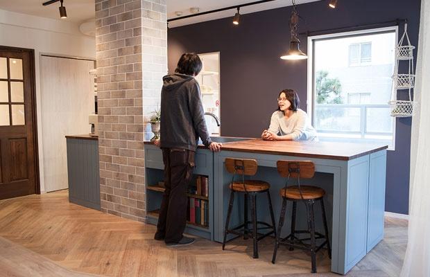 リビングからキッチンを望む。空間に一体感を持たせつつ、タイル貼りの柱がほどよい目かくしに(写真撮影:片山 貴博)
