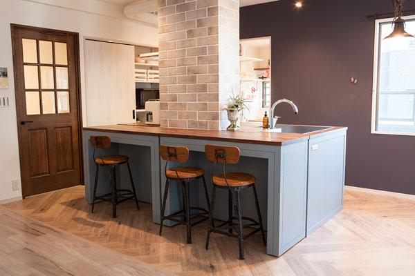 【画像1】キッチンのカウンターは移動できるので2通りのレイアウトが可能に。好みや来客時など、シーンにあわせて使い分けたい(写真撮影:片山 貴博)