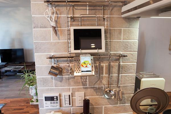 【画像2】キッチンにタブレット端末や携帯を置けるデザイン。これなら「ながら調理」も楽に(写真撮影:片山 貴博)