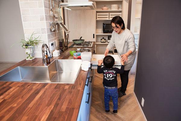 【画像3】キッチン作業台と壁の間に80cmを確保。人のすれ違いも余裕でできる。壁面はマグネットがつくので、学校からのお知らせなど、プリントなどを貼っておくのに便利(写真撮影:片山 貴博)