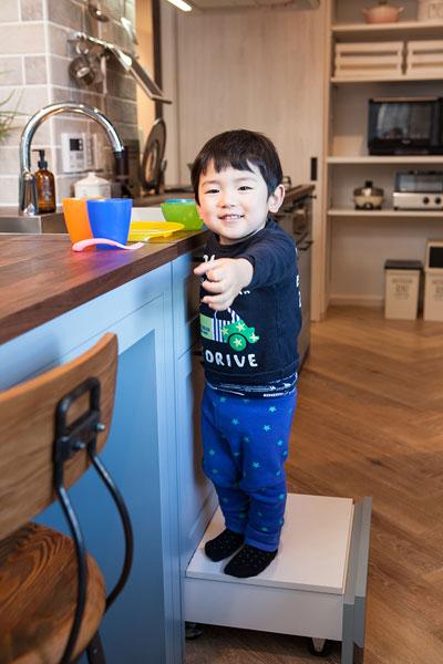 【画像5】引き出しにフタをすれば、即席の作業台に。筆者の息子は身長92cmほどだが、安全に立つことができ、子がお手伝いしやすい工夫になっている(写真撮影:片山 貴博)