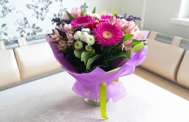 もらった花束、おしゃれに飾りたい! 青フラにコツを聞いてみた(写真:olgavolodina / 123RF 写真素材)