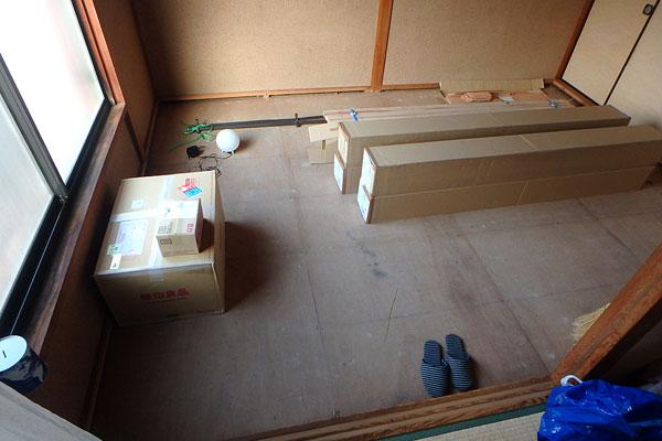 【画像2】この六畳間に一日で床板を張ることができるのか?(写真撮影:玉置豊)