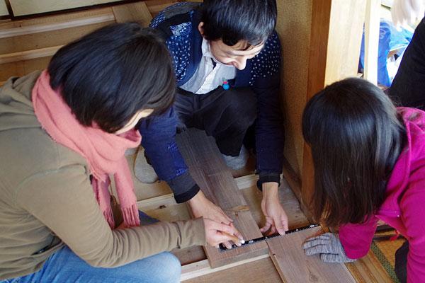 【画像3】等間隔に並べて打ち付けた角材(根太=ねだ)の上に、床板材の端がくるように採寸する(写真撮影:玉置豊)