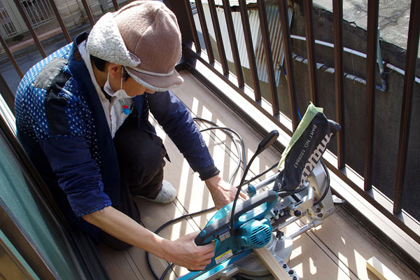 【画像4】角材や床板材を裁断するのは、床張り作業の必須アイテムである協会所有の電動丸ノコ。伊藤さんから安全な使い方のレクチャーを受けて、参加者全員が体験をした(写真撮影:玉置豊)