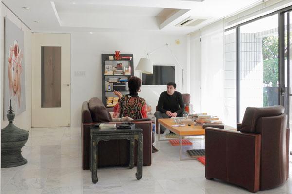 【画像1】多国籍の家具とアートがPascalさんの感性で調和した、リビングルームでお話を伺う。80m2もの広いガーデンバルコニーに面しているので、都心の1階なのに明るく開放的(写真撮影:藤本和成)