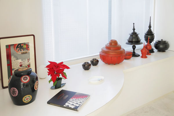 【画像5】タイの仏具・食器に合わせ和漆器の黒いお椀も並ぶ。手前の壷はイッセイ・ミヤケのデザイン、版画や本も赤×黒でそろえる(写真撮影:藤本和成)