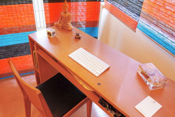 【画像7】コンソールテーブルを窓に沿って置かず、敢えて斜めに置く。それだけで、子どもの勉強机風でなくオシャレなホテル風に、流石!なテクニック(写真撮影:藤本和成)