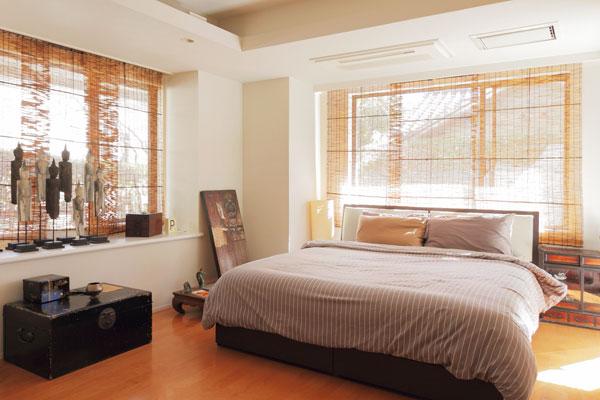 【画像8】グレーをメインにしたナチュラルカラーの寝室は、和洋折衷でも落ち着いた空間に(写真撮影:藤本和成)