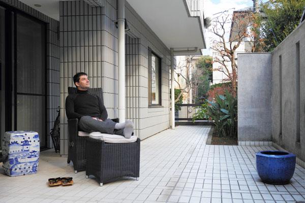 【画像10】80m2ほどあるガーデンテラス。モダンなアウトドア・ファニチャーの側には日本の火鉢や下駄、フランス人のesprit(エスプリ・知性/感性)を感じた(写真撮影:藤本和成)