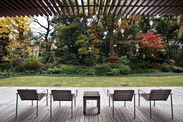【画像2】敷地南側の庭園に面しているウッドデッキ敷きのガーデンテラス。都心でありながら、季節の花々や樹木の息吹を体感できる空間(撮影:一井りょう)