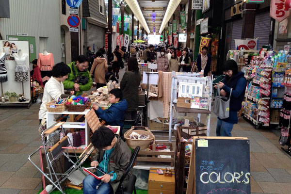 【画像2】3月8日には第3回ポポロハスマーケットが開催された。今後も手づくりとロハスにこだわった商品や飲食の販売を行うてづくりイベントとして毎月行われるという(写真提供:NPO法人市民の力わかやま)