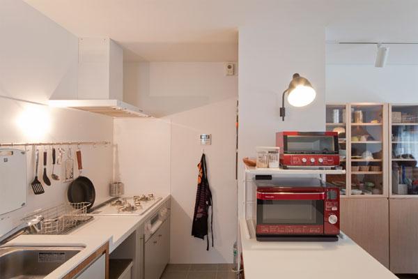 【画像2】以前の家と同じ高さで造作したキッチン。圧迫感がある吊り収納はやめて、収納や作業に便利なカウンターを設けた(画像提供:エコラ)
