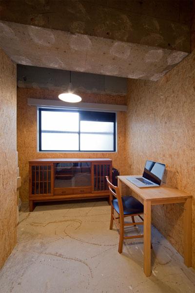 【画像3】洋室を長男の書斎に。機能性を重視しつつ、最小限の工事でラフな雰囲気を演出(画像提供:エコラ)