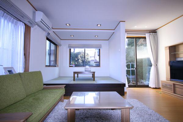 【画像4】二世帯でくつろぐ1階のリビングと畳コーナーは窓が多く、明るい印象(画像提供:エコラ)