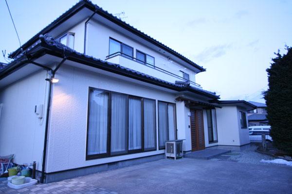 【画像5】外壁を塗り直して屋根瓦を葺き替えた外観は、新築住宅と変わらないたたずまい(画像提供:エコラ)