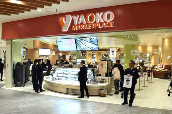 【画像2】オープンキッチンを随所に取り入れた売り場展開と、料理相談に対応するクッキングサポートを常時設置したスーパーマーケット「ヤオコー」(写真撮影:SUUMOジャーナル編集部)