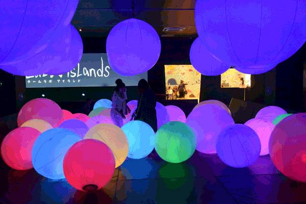 【画像3】「お絵かき水族館」、「光のボールでオーケストラ」、「天才ケンケンパ」など、デジタルテクノロジーを使った6種類のアート体験ができる「チームラボアイランド - 学ぶ!未来の遊園地 -」。同店舗では初の常設店舗となる(写真撮影:SUUMOジャーナル編集部)