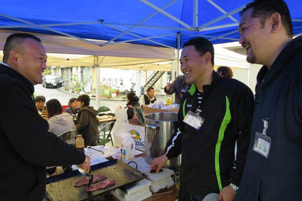 【画像2】長男の田口昌宏さん(中央)、二男の順功さん(左)、三男の宗孝さん(右)の兄弟。3人とも不動産とは全く関係のない仕事に従事しており、賃貸の知識はゼロだったそうですが、設計・施工会社であるミサワホームや管理会社のハウスメイトパートナーズ、仲介会社のハウスメイトショップの担当者の提案を融合させながらコミュニティ賃貸を実現させるにいたりました(写真撮影:末吉 陽子)