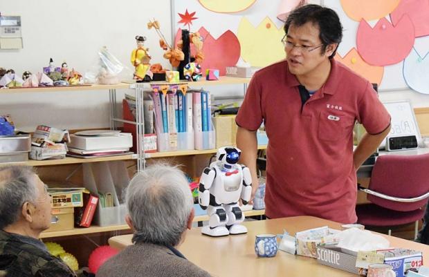 スタッフと利用者がメロメロに。介護現場でのロボットの活躍(写真撮影:SUUMOジャーナル編集部)