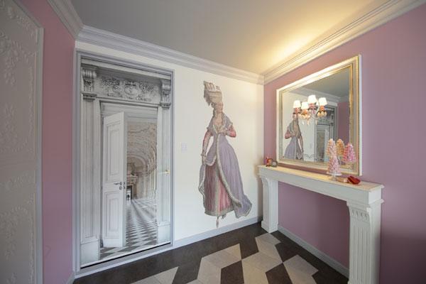 【画像4】正面のドアもプリント壁紙。実物のドアにドアの絵を貼って奥行きを見せた、遊び心のあるアイデア! (写真撮影:本美安浩)