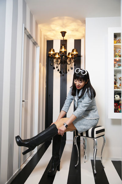 【画像7】宮地さんデザインのストライプ柄スツール。ブーツを履くなど玄関にあると重宝するが、オブジェとしても素敵 (写真撮影:本美安浩)