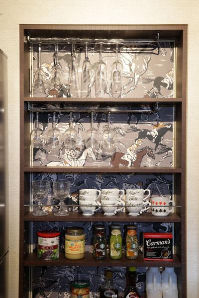 【画像11】こちらはナント、キッチンにある2Wayドアを1つ使わなくして棚に改造。その背景面にも、エルメスのお馬さん柄壁紙。 オープンな見せる棚の背景にオシャレな壁紙を使う、グッド・アイデア!(写真撮影:本美安浩)