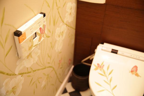 【画像13】壁紙(ハーレクイーン社)の一部を切り取って、便器&リモコンに貼るだけでこんなに素敵!(写真撮影:本美安浩)