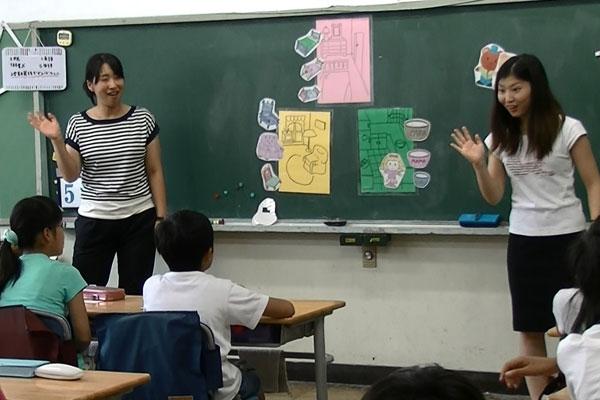 【画像2】小学校の英語の授業を担任と日本人英語指導者の2人で行う(画像提供:品川区教育委員会)