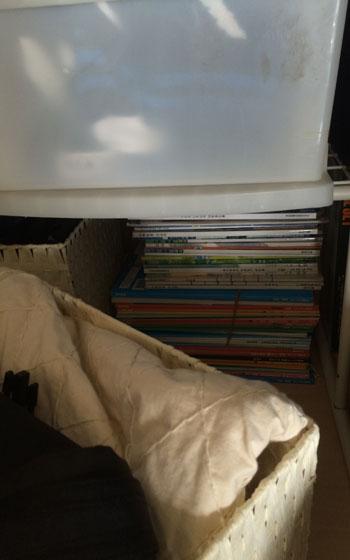 【画像4】古堅家子ども部屋の押入れの一部(写真撮影:古堅純子) 前年度の教科書は押入れの奥にしまい、期限を決めて一定期間おく
