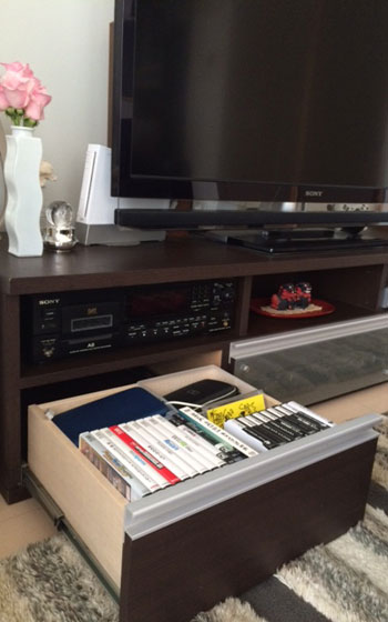 【画像5】我が家の遊びの空間(写真撮影:古堅純子) ゲームソフトの定位置はテレビボードの引き出しの中。持っていい量はこの中に入る分だけと決める