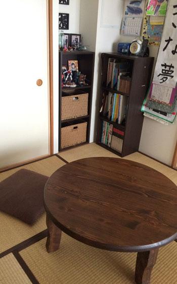【画像6】我が家の勉強の空間(写真撮影:古堅純子) 次男用。子ども部屋のちゃぶ台で勉強する。勉強道具は棚の中