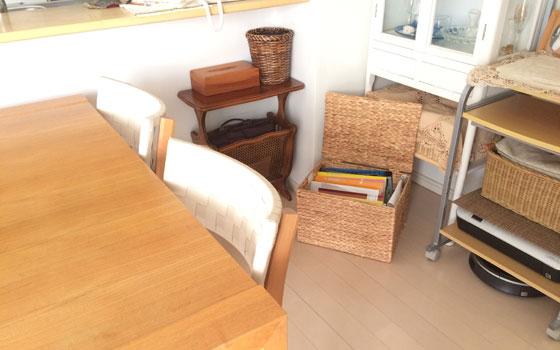 【画像7】我が家の勉強の空間(写真撮影:古堅純子) 長男用。ダイニングテーブルで勉強する長男の勉強道具は、食器棚の下のボックスの中