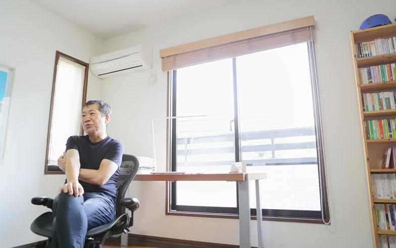 【画像2】モノは極力持たず、シンプルに。仕事部屋にはズラリと本がそろうが、これでもかなり捨てたのだとか(写真撮影:藤本和成)