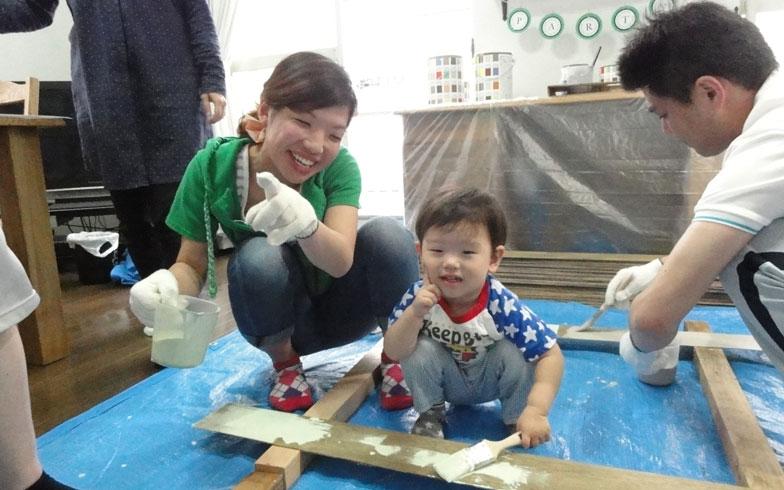 【画像4】ベニヤ板は子どもでも塗りやすい。2歳のR君も「楽しい~!」とご満悦(写真撮影:島田美那子)