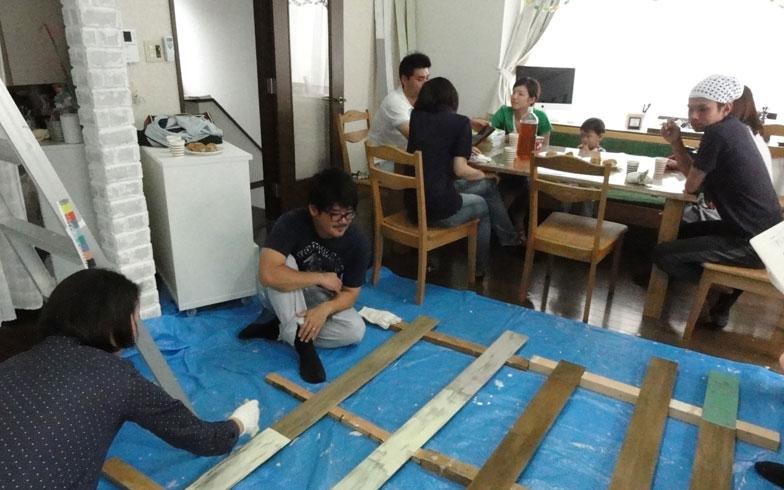 【画像5】塗料が乾くのを待ちながら、ほっと一息。お茶をしながら、お互いのペイントした部分を褒め合ったり、それぞれの住まいの話をしたりと、話題もペイントパーティーならでは(写真撮影:島田美那子)