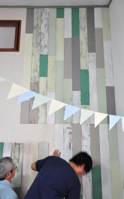 【画像7】パーティーの参加者それぞれが、思い思いにペイントした板を壁に貼り付けます(写真撮影:Iさん・妻)