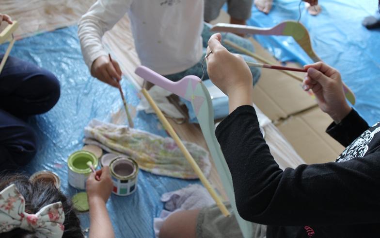 【画像10】小さい子どものために、木製ハンガーにやすりをかけ、好きな色に塗る、というミニワークショップも実施(写真撮影:SUUMOジャーナル編集部)