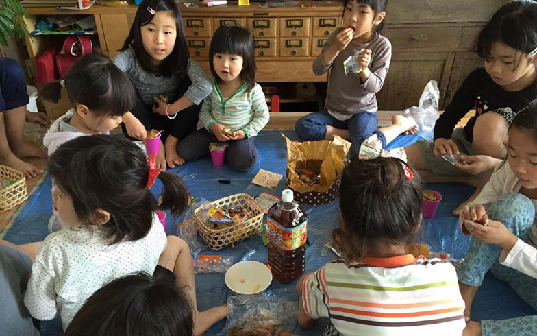 【画像11】ひと仕事終えた後のおやつに子どもたちも大喜び。正にパーティーです(写真撮影:SUUMOジャーナル編集部)