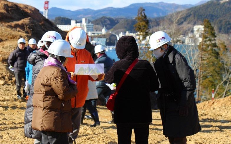 【画像1】造成中の土地で図面を確認する住民の皆さん(写真撮影:hato)
