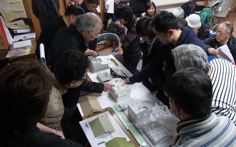 【画像4】住民・アドバイザーが一緒に模型を囲みながら議論を交わす(画像提供:JVC)