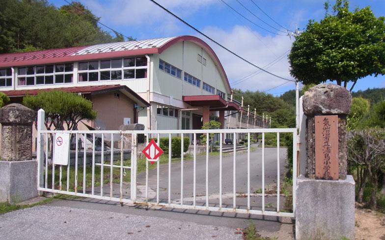 【画像1】2013年に閉校された旧浦島小学校で協議が行われている(画像提供:JVC)