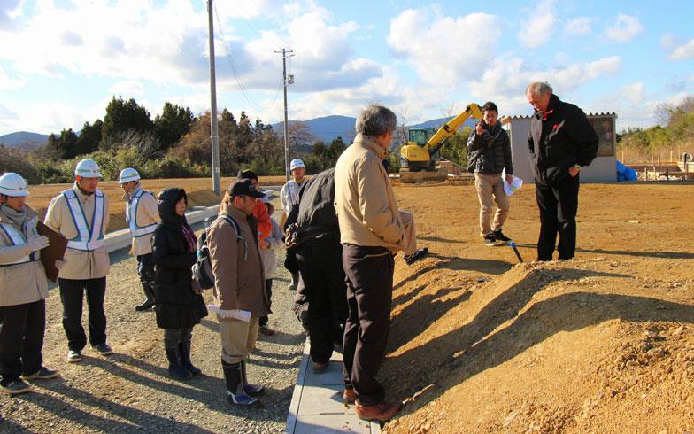 【画像2】完成した造成地(梶ヶ浦)を見学する3地区住民(写真撮影:hato)
