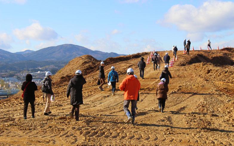 【画像1】造成中の土地を見学する住民たち、アドバイザー、JVCスタッフ(写真撮影:hato)