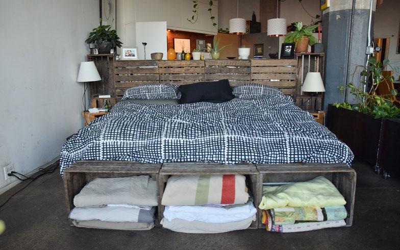 【画像3】使い勝手がいいのよ、とkimが自慢するワイン箱のベッド。足元側に大きな窓があって、朝日で目覚めるのが好きな二人にとって一番良い場所(撮影:小野有理)