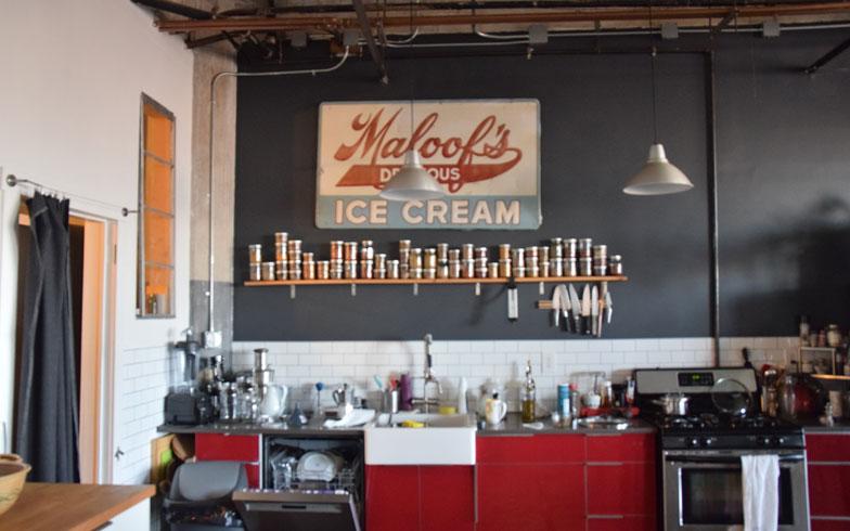 【画像6】icecreamの大きな看板の下に、整然と並ぶスパイスたち。使い勝手の良いキッチン(撮影:小野有理)