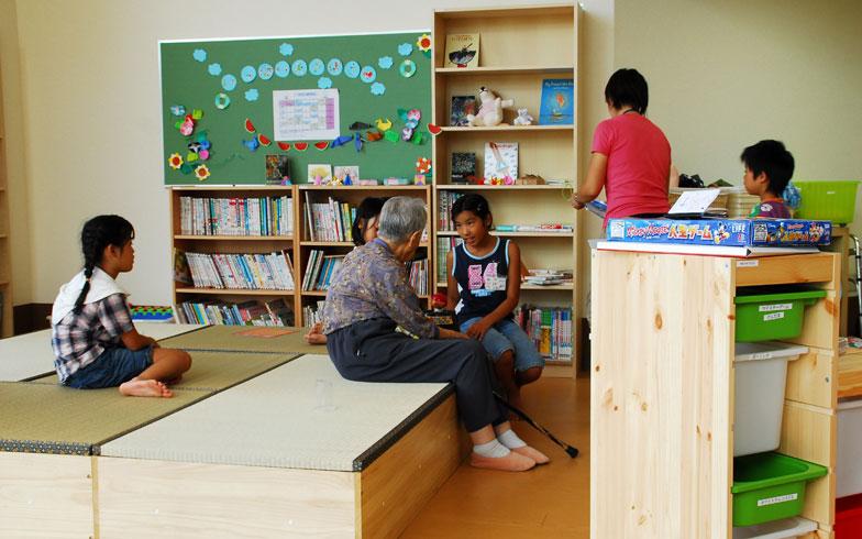 【画像6】「ユーカリ優都ぴあ(グループホーム)」併設する学童の子どもたちが学校から帰ってきたら、お年寄りに挨拶をするのが日課。皆さん楽しみに待たれている様子(写真提供:山万)