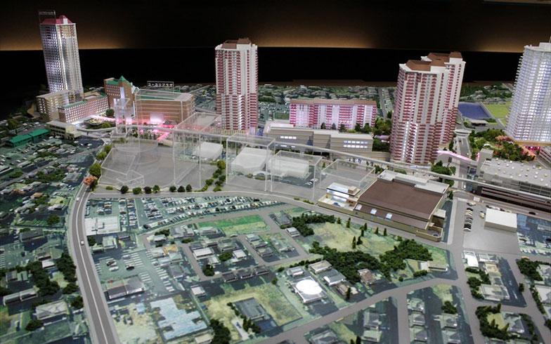 【画像10】ユーカリが丘駅前の北口再開発予定地(手前)には大学誘致などを計画、世代間交流に加え国際交流で次世代の街づくりが進む(写真撮影:編集部)