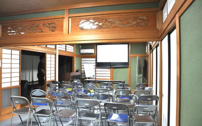 【画像12】2階のミーティングルーム。欄間(らんま)の装飾に目がいってしまう。選手のインタビューなどの取材対応はここで行う(写真撮影:嘉屋恭子)